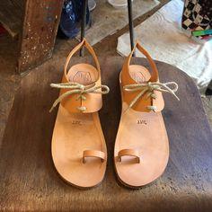 Tan Leather Sandals for Women & Men - Design 21 - Handmade Leather Sandals, Casual Leather Flats, Unisex Sandals, Genuine Leather Sandals de WalkaholicS en Etsy https://www.etsy.com/mx/listing/227296735/tan-leather-sandals-for-women-men-design