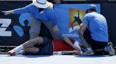 O tenista canadense Frank Dancevic desmaia durante partida do Aberto da Austrália, uma das mais importantes competições de tênis. Médicos culparam o calor: a temperatura chegou a 43ºC em Melbourne - http://epoca.globo.com/tempo/fotos/2014/01/fotos-do-dia-14-de-janeiro-de-2014.html (Foto: Aijaz Rahi/AP)