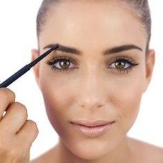 """Déterminer la ligne de sourcil qui vous convient le mieux peut vite devenir un casse-tête. Sabrina, fondatrice du """"Salon Un Jour, Un regard"""" vous dévoile ses astuces de pro pour afficher des sourcils parfaits et en accord avec la forme de votre visage."""