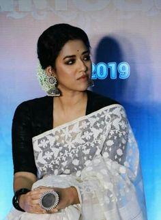 Black and white rocks Saree Blouse Patterns, Sari Blouse Designs, Fancy Blouse Designs, Trendy Sarees, Stylish Sarees, Black And White Saree, Dhakai Jamdani Saree, Handloom Saree, Saree Jackets