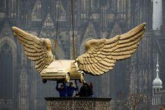 La Fluegelauto (voiture ailée) de lartiste allemand HA Schult est retirée de son socle devant la cathédrale de Cologne pour retourner au musée de la ville, le 4 avril.