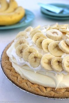 This Easy Banana Cream Pie is one of my favorite quick and easy desserts. Since we use a store-bought crust and instant banana pudding, it can be made in a jiffy. Easy Banana Cream Pie, Banana Pie, Köstliche Desserts, Delicious Desserts, Yummy Food, Gourmet Recipes, Cake Recipes, Dessert Recipes, Pudding