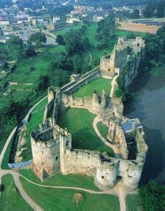 Chepstow Castle was begun in 1067 and was built entirely of stone - it was once used as a prison (Welsh)