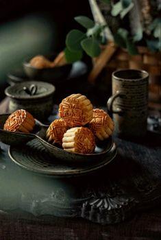Chinese Cake, Chinese Food, Dark Food Photography, Almond Nut, Thai Dessert, Snack Recipes, Snacks, Mooncake, Bread Bun