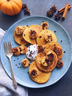 Vous le savez maintenant, il y a deux choses que j'adore par dessus tout en automne, les pancakes et le potiron. Alors pourquoi ne pas combiner les deux? Et obtenir ainsi des pancakes façon pumpkin bread moelleux à souhait, bien épais, et avec un léger goût épicé. Il se pourrait bien que ce soit …