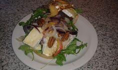 Hamburger met brie: Italiaanse bol belegt met rucola. Daarop gebakken uienringen en appelschijven.Vlees aan 1 kant gaar bakken, omdraaien en op gebraden kant brie leggen en overgieten met honing. Wa noten erover strooien als het vlees op het broodje ligt.