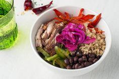 Chicken Quinoa Taco Bowl: Lo que iría dentro de unos tacos, pero sin tortilla. Una base de nuestra superfood favorita, la Quinoa. Pollo a la parrilla marinado en chipotle y cítricos, verduras salteadas, black beans, cebolla encurtida y un toque de cilantro y lima