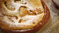 De originele clafoutis komt uit de Limousinstreek en wordt gemaakt met zwarte kersen. Je kunt natuurlijk allerlei ander fruit gebruiken, bijvoorbeeld een goed rijpe ananas.Het beslag is lopend zoals voor pannenkoeken en rijst tijdens het bakken, maar het gebak zakt weer in zodra je het uit de oven haalt. Bak de clafoutis niet te lang voor het serveren. Dit dessert eet je namelijk lauwwarm en is vooral lekker met een bolletje roomijs.