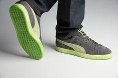 http://www.zorilestore.ro/pantofi-casual-barbati-puma-suede-lo-washed-brts-m-354654_02 Modelul clasic Puma Suede revine pe piata cu un nou model, Suede Lo Washed Brts, pentru a intari randurile pantofilor casual de calitate. Partea superioara este fabricata din piele intoarsa si material sintetic, combinatie ce ofera un plus de rezistenta, durabilitate si comoditate.