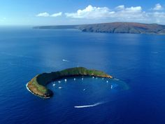 [ Updated ] This image is Molokini. Molokini is a partially sunken volcanic crater just miles off the coast of Maui, Hawaii. Located between the islands of Maui and Kahoolawe, Molokini. Amazing Places On Earth, Places Around The World, Beautiful Places, Around The Worlds, Beautiful Fish, Beautiful Islands, Dream Vacations, Vacation Spots, Maui Vacation