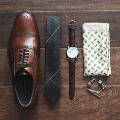 Les accessoires essentiels du Gentleman, avec des nuances bien pensées de marron…