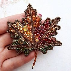 Stunning Best Collection of Necklaces Ideas - Perlen Schmuck Bead Embroidery Jewelry, Beaded Jewelry Patterns, Beaded Embroidery, Beading Patterns, Swarovski Brooch, Beaded Brooch, Brooches Handmade, Handmade Jewelry, Bead Crafts