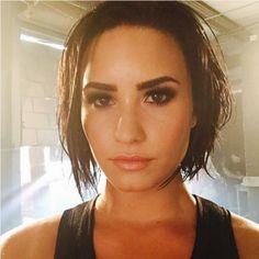 Pevačica Demi Lovato nedavno je progovorila o teškim trenucima kroz koje je prolazila. Naime, pohvalila se da već pet godina živi bez droge i alkohola iako je, priznaje, bilo i uspona i padova.   #Demi Lovato #droga #pevacica #pressserbia