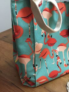Bolsa em tecido estampado, repelente a agua e anti mofo, forrada e com bolsos internos . Obs: objetos não incluídos.
