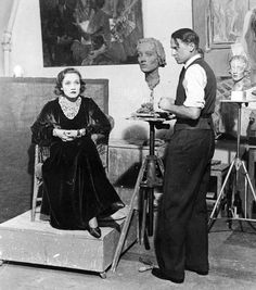 Actress and singer Marlene Dietrich being sculpted by Ernesto de Fiori. Marlene Dietrich, Old Hollywood Actors, Vintage Hollywood, Classic Hollywood, Hollywood Stars, Rita Hayworth, Star System, Star Wars, Classic Films