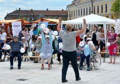 SociONGFest a debutat, după ora 13, cu un flash-mob în care bătrânii din căminele Asociaţiei Caritas Catolica, mulţi imobilizaţi în scaune cu rotile, au făcut gimnastică, îndrumaţi de kinetoterapeutul lor. Ei au primit şi baloane albe din partea organizatorilor.