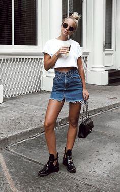 5 Peças jeans favoritas das fashion girl. Top cropped branco, saia jeans com barra desfiada, bolsa chanel, balenciaga boots