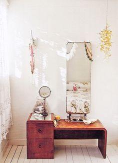 Mobile vintage - Comò in legno con doppio cassetto e ripiano a metà altezza, ideale per la camera da letto vintage
