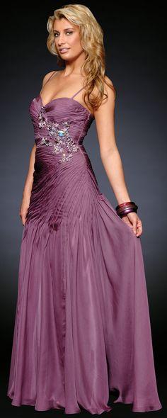Vestido formal para noche de fiesta o para ocasiones especiales. Delicado vestido de noche en organza decorado con pedrerio