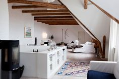 beautiful room white on brown wood  Bruna´s Design Blog