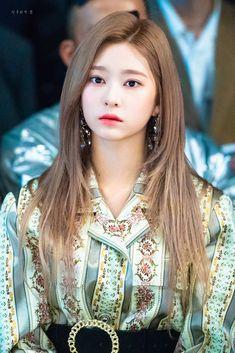 Medium Hair Styles, Curly Hair Styles, Beautiful Celebrities, Beautiful Women, Yu Jin, Japanese Girl Group, Girl Inspiration, Kim Min, Pretty And Cute