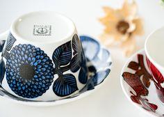 幾重にも重ねて描かれる花びらや葉脈の表現の細かさ 深い青色が鮮やかでとても美しいパターン グスタフスベリ/Gustavsberg ブルーアスター/Bla Aster ティーカップ&ソーサー