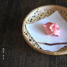 . Today, I made japanese confectionery NERIKIRI which express KIMONO's OBI(belt) ▫️▫️▫️▫️▫️▫️▫️▫️▫️▫️▫️▫️▫️▫️▫️▫️▫️. 今日の横浜は、マフラーいらないぐらい暖かったです。 明日、あ、もう十二時まわっているから今日、ですね も、寒くないといいなあ、、 . 朝から出かけてバタバタしそうなので、 こんな時間にアップさせて下さい . この、「結んでクルリンパ?」みたいな意匠 前からよく見かけて、 作ってみたいなあ、と思っていたので、今日トライしてみたのだけど、 思っていたよりぜんぜん上手くいかなくて (←こんなんばっかり) . 途中投げそうになりました . 出来上がってみたら、なんだか帯の飾り結びみたいだったので、 菓銘もそれにしちゃいました。 . 中身は久々バラ餡。 . ローズ味に関しては色んなシロップを模索中で、、 今回、大好きな加藤先生の「フレッシュクリーム」でもお取り扱いがある、 奥出雲ローズガーデンのローズシロップをお取り寄せして、餡に混ぜ込ん...