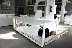 机の下が昼寝スペースになるアイディア。