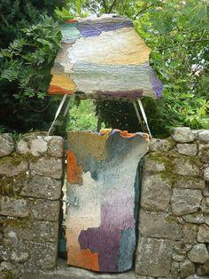 Un puerta hecha con la corteza del árbol del pino y su colorido