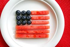 Fun flags: A patriotic snack for Fourth of July / Independence Day, Memorial Day, and 4th Of July Party, Fourth Of July, Patriotic Party, Summer Recipes, Holiday Recipes, Holiday Treats, Holiday Fun, Fruit Presentation, Fruit Snacks