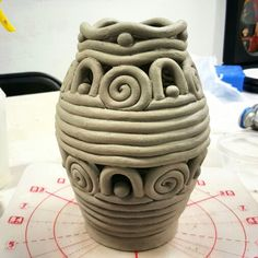 Coil built vase Clay Art Projects, Ceramics Projects, Projects To Try, Coil Pots, Pinch Pots, Art Classroom, Art Auction, Artsy Fartsy, Art For Kids