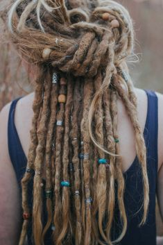 Simple Dread Knot Take 2 dreads, one from each side and tie them together at the back. Depending on the length of your dreads. Hippie Dreads, Dreadlocks Girl, Fake Dreads, Natural Dreads, Hippie Hair, Rasta Dreads, Accessoires Dreadlock, Dreadlock Accessories, Blonde Dreads