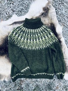 Ravelry: Tusseladdgenser pattern by Linka Karoline Neumann Fair Isle Pullover, Handgestrickte Pullover, Hand Knitted Sweaters, Knitted Blankets, Knitted Hats, Fair Isle Knitting, Arm Knitting, Icelandic Sweaters, How To Purl Knit