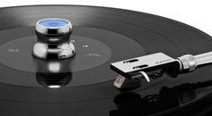 Als so genannter Vinyl-Stabiliser klassifiziert, vereint der neue Oyaide STB-EP einen Single-Puck mit einer Wasserwaage, konkret einer so genannten Libelle.