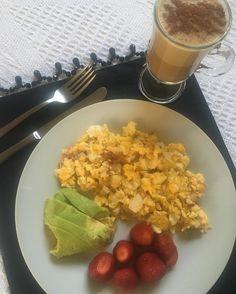 ᗷOᗰ ᗪIᗩᗩᗩᗩᗩᗩᗩᗩ !! Começando mais um dia lindo ☀️, cheio de energia e vibrações positivas ✨✨!!! ⠀ O café da manhã teve capuccino fit {1 xic. café, 1/2 xic. leite de coco, canela em pó e mixer pra dar espuminha } + ovos mexidos com bacon  + abacate  e morangos  ⠀ Tenham uma ótima terça-feira!! ⠀ #DOMINESUAMENTE
