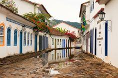 PARATY - É uma cidadezinha pequena e charmosa, mas com muitas riquezas históricas, culturais e naturais. Cercada pela mata atlântica, a cidade reserva diversas praias paradisíacas e cachoeiras de águas transparentes, atraindo turistas do mundo todo.