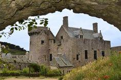 Castelul Fort-La-Latte Castelul Fort-La-Latte se afla pe varful unei peninsule mici de-a lungul coastei accidentate din Bretania, vestul Frantei. Aceasta cetate frumoasa din secolul 14 este formata din doua cladiri si o curte. Exista, de asemenea, catapulte si canoane, care amintesc de pozitia strategica militara a castelului in perioada Evului Mediu.
