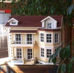 Una dollhouse composta da oltre 600 pezzi tutti fatti a mano con legno di risulta (compensato, masonite, aste di pedane)
