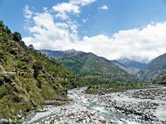 Kangra Valley – Himachal Pradesh:  The himachal is all about Himalayas, It has many beautiful valleys like spiti valley, sangla valley and chamba valley. The beautiful kangra valley is  filled with numerous perennial streams and surrounded by dhauladhar range the white mountains,tea gardens and pine trees. Kangra valley is also know for palampur hill station, kangra temples, beautiful kangra fort and Dharamsala home of the Dalai Lama