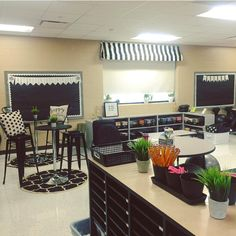 I always get a lot of questions about my flexible seating in my classroom.but I must admit that it changes yearly. With each group of… Classroom Layout, Classroom Design, Classroom Themes, Classroom Organization, French Classroom Decor, Teacher Classroom Decorations, High School Classroom, New Classroom, Classroom Setting