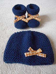 Articles similaires à Ensemble bonnet et chaussons bébé laine bleu marine  et noeud moutarde. sur Etsy 724aef55f56