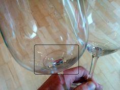 Als je wijnglazen niet elke keer meteen na het drinken van wijn schoonmaakt en netjes afdroogt, ontstaat er vaak een doffe aanslag onderin het glas. Vooral bij kristallen wijnglazen is de kalkaanslag goed zichtbaar. Als je pech hebt zie je het ook aan de rand bovenaan. In de afwas krijg je dat er niet uit en ook de vaatwasser is niet bestand tegen kalkaanslag in je glas. Dus ik ging op zoek naar alternatieven, milieuvriendelijk natuurlijk, om mijn wijnglazen weer helemaal glanzend schoon te…