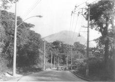 Na nossa imagem de hoje vemos um dos trechos retificados pelo DER-DF  nos anos 50 da Estrada de Furnas, uma das ligações mais antigas da zona urbana da cidade rumo ao antigo Sertão, mais precisamente na área da Baixada de Jacarepaguá, como aliás já contamos num post de 2006......