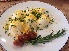 Huevos rellenos Con atún es escabeche,cebolleta y tomate frito. Cubierto con mayonesa casera y yema y cebollino.