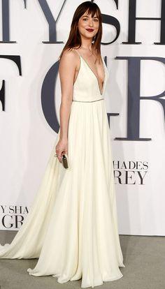Após estreia de Cinquenta Tons de Cinza, Dakota Johnson troca tomara que caia…