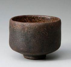 黒楽茶碗No.32 黒楽茶碗「万代屋黒」 所蔵不明 これ以上にない落ち着きをもった黒楽であり、指折りの名品です。しかし近年までは千家秘蔵の品であったそうで、ようやく2012年に京都楽美術館において初公開されました。作風としては赤楽の「手枕」「獅子」と似ていますが、風情には「次郎坊」と似た質感があります。
