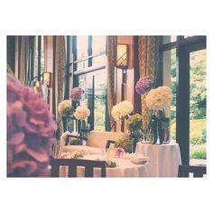 「. wedding report 37 . 以前嬉しいリクエストを頂いていたので…♡ . 高砂ソファー 会場装花 . テーマカラーは White×Green×Purple . 透明の花瓶に 太い茎か見える感じ . 夏らしく、かつ上品なイメージは 旦那さんのリクエストでした…♡ ナイスっ笑 .…」