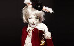 Inspiration, alle Accessoires und eine Schmink-Anleitung, damit du dein Alice im Wunderland Hase Kostüm selber machen kannst.