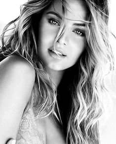 Black and White Photography of Women: How Take Beautiful Pictures – Black and White Photography Photo Portrait, Female Portrait, Portrait Photography, Black And White Portraits, Black And White Photography, Cute Woman, Pretty Woman, Beautiful Eyes, Beautiful Women