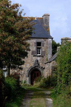 """~ Manoir d'Hirgars ~ Crozon ~ Finistère ~ Bretagne. Dès le XIe siècle, le nom Hirgars, """"haie longue"""" en breton, est mentionné dans le Cartulaire de Landévennec. La seigneurie appartient aux seigneurs d'Hirgars, ..."""